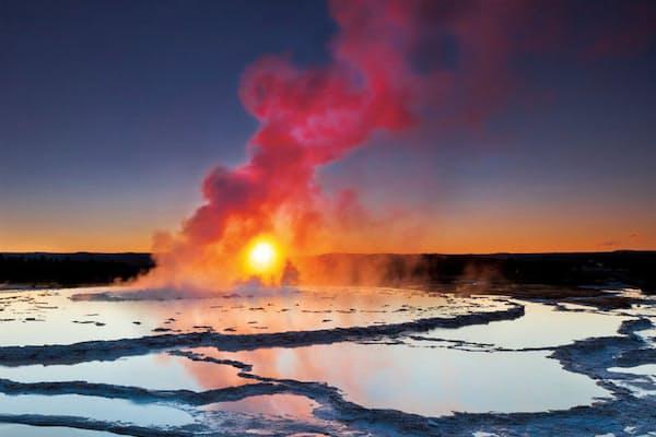 「イエローストーン国立公園」。ワイオミング、アイダホ、モンタナの3つの州にまたがり面積は9000平方キロ(鹿児島県全体とほぼ同じ)と広大。間欠泉や噴気孔などの火山性地形で有名だが、アメリカバイソンなどの野生動物と触れ合うこともできるので家族連れに人気だ(写真:lightpix/iStockphoto)