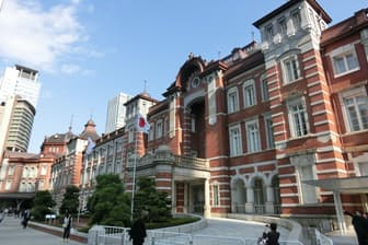 東京駅丸の内駅舎(東京都千代田区丸の内1)。辰野金吾の設計により1914年(大正3年)に竣工した鉄骨レンガ造駅舎。関東大震災でも大きな被害は受けなかったが、1945年の空襲で外壁、屋根、内装が損壊。戦後、3階建てを2階建てとする応急的な復興工事が行われた。2003年に国の重要文化財に指定。2012年に元の3階建てに復元された(写真:日経アーキテクチュア)