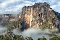 カナイマ国立公園の特徴はそのスケールの大きさだ。総面積は3万1000平方キロで、日本の四国の1.6倍ほどの広さがある。さらにテプイと呼ばれる垂直に切り立ったテーブル状の岩山は、公園の約3分の2を占める巨大な砂岩の山々で、先住民のペモン族から、魂の宿る場所として崇められてきた。中央に見える滝はエンジェルフォール(写真:Alice Nerr/Shutterstock)