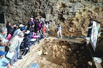 サキタリ洞内で開かれた現地見学会には多数の見学者が訪れた。(沖縄県南城市)