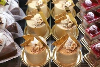 ブロンドチョコレートをムースの表面にかけたケーキ「デリーモ」(東京都港区)