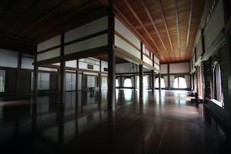 旧閑谷学校(岡山県備前市)は江戸時代、旧岡山藩が庶民教育のために直営した学校。国宝の講堂には、赤茶の瓦をふいた大屋根が載る。講堂内(上の写真)の黒光りする床も、10本もケヤキの丸柱も、江戸時代のまま(写真:磯達雄)