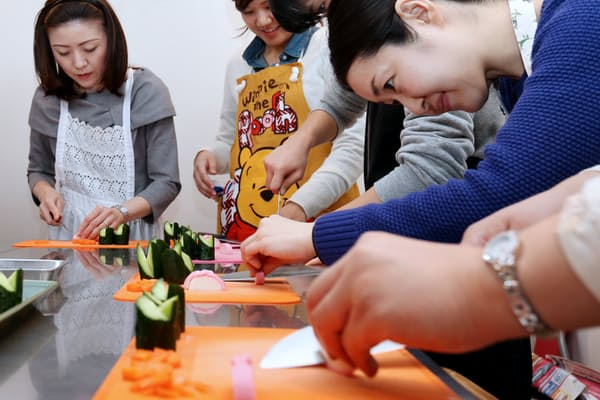 ニンジン、キュウリ、かまぼこで飾り切りの初歩に挑戦(東京・神宮前の料理教室「いただきます」)=写真 編集委員 葛西宇一郎