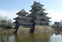 松本城を西側から見る。国宝四天守の1つ。天守の壁は、黒漆を塗った下見板と、白しっくいのコントラストが美しい。黒漆は外壁の防水対策。2年後に完成した秀吉の大坂城も黒漆の下見板張りだった(写真:磯達雄)