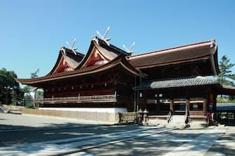 吉備津神社を東側から見る。右手前が拝殿、左が本殿。現在の本殿・拝殿は室町3 代将軍、足利義満の時代に約25 年の歳月をかけて建設された。本殿は入母屋の千鳥破風を前後に2つ並べて、同じ高さの棟で結んだ「比翼入母屋造」。拝殿は本殿北側に突き出す形で連続し、当初から本殿と一体で建設されたと考えられている。吉備津神社は、釜の鳴る音で吉凶を占う「鳴なるかま釜」の神事でも有名(写真:吉備津神社)