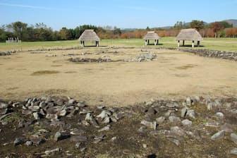 大湯環状列石は縄文時代後期(約4000年前)の遺跡。遺跡の中心には直径約52mの「万座環状列石」と、直径約44mの「野中堂環状列石」の2つがある。いずれも100基以上の遺構の集合体で、外帯・内帯とよばれる二重の環状で構成されている。環状列石の周囲には、貯蔵穴や柱穴なども多数見つかっている(写真:磯達雄)