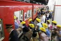 名古屋駅の乗降客数は名鉄では断トツ。1日に900本あまりの電車が停車する(名鉄名古屋駅)