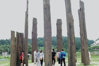 真脇遺跡で環状木柱列はA環、B環、C環の3基確認されている。最大のA環の直径は7メートル。南側に位置する2本の柱とハの字型に置かれた三角柱で門扉状に配置されている。(石川県能登町)