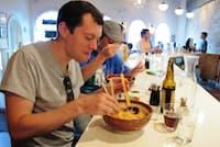 米シカゴで箸とレンゲを使ってラーメンを食べる客