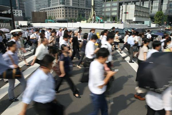 通勤する人たち(東京・丸の内)