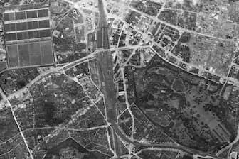 1945年5月17日撮影。新宿駅周辺。写真右下に広がるのが新宿御苑。左上が淀橋浄水場。新宿駅から左下に延びる線が小田急線で、周囲が建物疎開で破壊されているのが分かる(日本地図センター提供)