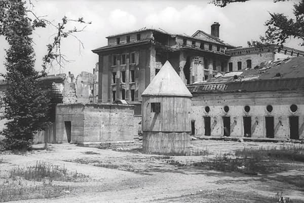 地下壕への入り口が写っている、当時の写真。(c) Deutsches Bundesarchiv