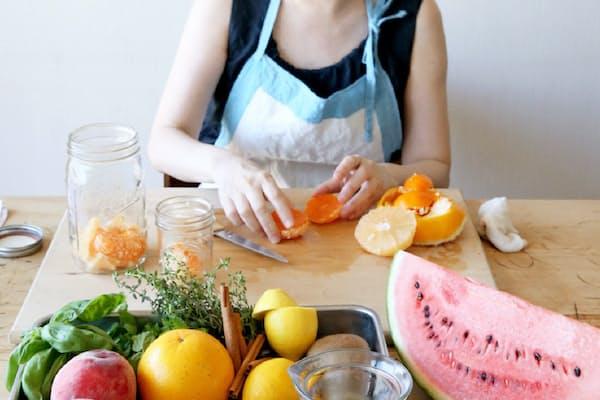 フルーツウオーターを作る料理研究家の福田里香さん(東京都新宿区)=写真 井口和歌子