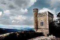 フランスのラングドック地方、レンヌ・ル・シャトーにある、謎に包まれた「マグダラの塔」。19世紀、村の司祭ベランジェ・ソニエールがここで発見したという物は、いったい何だったのだろうか。(Photograph by Serafino Mozzo/Shutterstock)