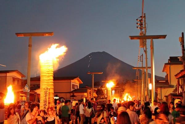 吉田の火祭りは山じまいとして400年以上の歴史がある(ふじよしだ観光振興サービス提供)
