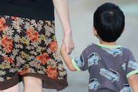 手をつないで歩く母と子ども(2013年9月、東京都杉並区)