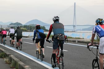 サイクリストでにぎわうしまなみ海道のブルーライン