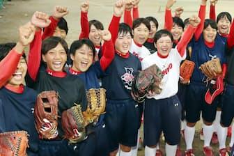 2020年東京五輪の追加種目候補となり、盛り上がる星野高等学校のソフトボール部員たち(9月28日午後、埼玉県川越市)