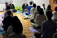 東京マインドフルネスセンターで瞑想する参加者(同センター提供)