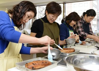 講習会でシュトーレンを作る参加者(東京都中央区の銀座クッキング)=写真 塩田信義