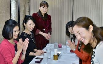 女子会で参加者に自己紹介を促す幹事の高村祐規子さん(中央奥、東京都新宿区)=写真 五十嵐 鉱太郎