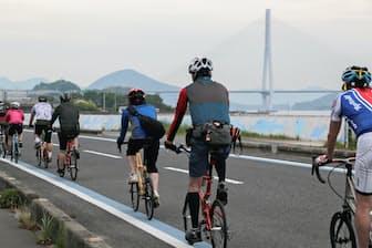 趣味のつながりは友人関係を広げる。写真はサイクリストでにぎわうしまなみ海道のブルーライン