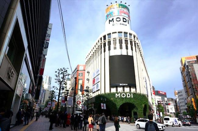 「渋谷モディ」(渋谷区神南1-21-3)。営業時間11~21時(一部ショップは異なる)。壁面には約500インチの渋谷地区最大級の大型ビジョンを設置。正面ファサードにインパクトのあるグリーンを配し、低層部は周辺の街との融合を重視しシックな外壁を採用