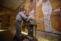 レーダー技術者の渡辺広勝氏が、特別に改造した装置をツタンカーメンの墓の北壁に沿って動かしていく。(PHOTOGRAPH BY BRANDO QUILICI, NATIONAL GEOGRAPHIC CHANNELS)