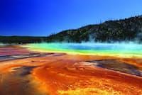 米国ワイオミング州のイエローストーン国立公園にある間欠泉周辺。見るからに生存に適さないこのような環境にも、極限環境微生物が数種類繁殖していることが科学調査からわかった。(fotokik_dot_com/Shutterstock)
