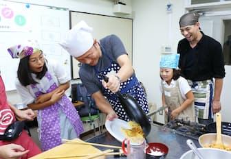 子供と一緒に料理教室でオムライスを作る父親ら(東京都千代田区)