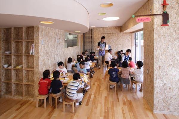 幼児たちのランチルームは、4~5人が集まればそのグループごとに「いただきます」をする(写真:岩辺みどり)