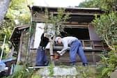 空き家対策特措法に基づいて取り壊される木造住宅(26日午前、神奈川県横須賀市)