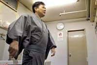 高座を前に控室で準備する落語家の立川談笑さん。気合を入れる