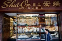 香港にある象牙製品の店。商品の象牙は全て絶滅したマンモスのものと店主は話す。当局は、香港の闇市場へ流れる象牙をわずか1カ月で数百本押収している。(PHOTOGRAPH BY PAUL HILTON, EPA)