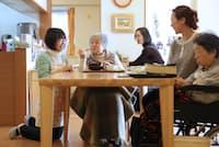 一軒家の家庭的な雰囲気のなか、お年寄りが暮らすNPO法人「ホームホスピス武蔵野」の「楪(ゆずりは)」(東京都小平市)