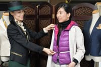 ダウンベストの活用を提案する政近さん(左)(東京都渋谷区のファッションレスキュー)=写真 塩田信義