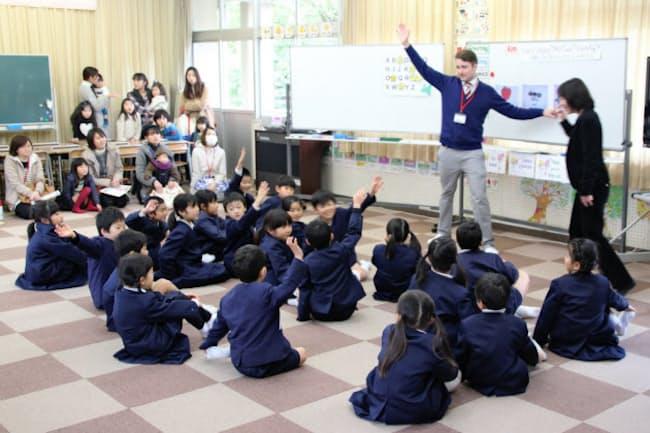 岡山県総社市の昭和小学校は市の「英語特区」に指定され、1年生から重点的な英語教育を実施する