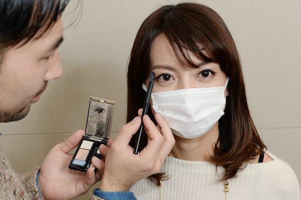 マスク着用時のメークのコツを指南する資生堂のヘア&メーキャップアーティストの豊田さん(左)=写真 塩田信義