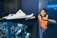 NASAで折り紙飛行機教室を開いた(昨年8月、米テキサス州)