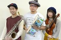 あさちゃん・あんど・じゅんれい 東京スカパラダイスオーケストラの創始者だったASA―CHANGが脱退後、1998年に結成。これまでに5作のアルバムを発表。メンバーはサックスなどの後関好宏(左)、パーカッション奏者のASA―CHANG(アサチャン)こと朝倉弘一(中)バイオリンの須原杏(あんず)(右)