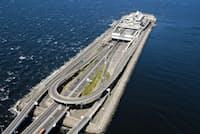 東京湾アクアライン上にある「海ほたるPA」。上が川崎に向かうトンネル部分、下が木更津方面の橋。トンネルの出入り口が3つあるのが分かる(NEXCO東日本提供)