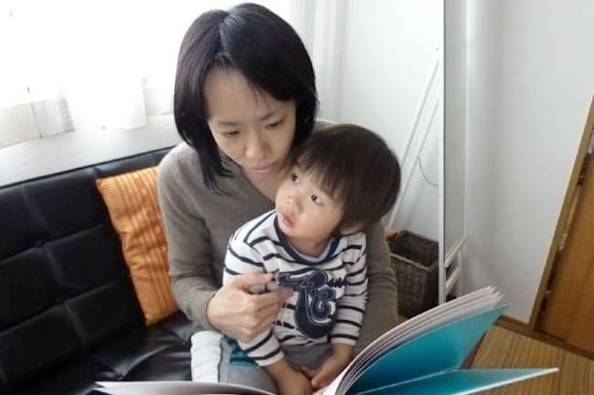 「スポット在宅勤務のおかげで息子と過ごす時間が長くなった」というサントリービジネスエキスパートの岡本亜矢子さん(都内の自宅)