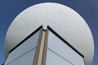 東京航空地方気象台の局舎屋上に設置されたレーダー。白いドーム内に本体がある