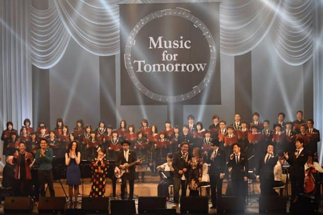 国内外のミュージシャンと地元の高校生が共演してフィナーレを迎えた(6日、福島県文化センター)=写真 中嶌英雄