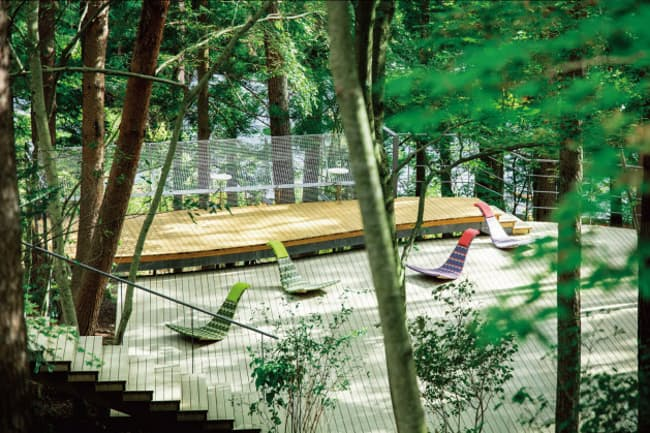 「星のや富士」(住所:山梨県南都留郡富士河口湖町大石1408)松林の中にテラスが浮かぶ「クラウドテラス」がある。(星のや富士の写真提供:星野リゾート)