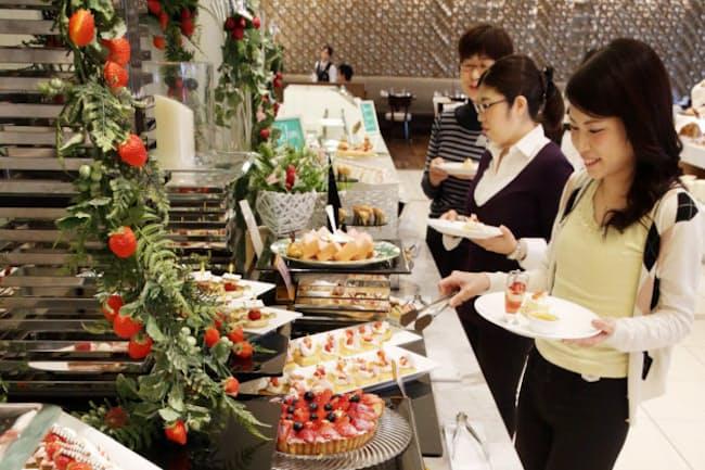 華やかなスイーツが並ぶビュッフェ(東京・西新宿の京王プラザホテル「樹林」)写真=三浦秀行