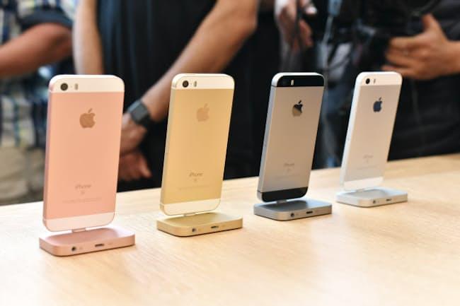 米カリフォルニア州クパチーノ市で開催された米アップルの発表会で登場した新型iPhone SE(写真:磯修)