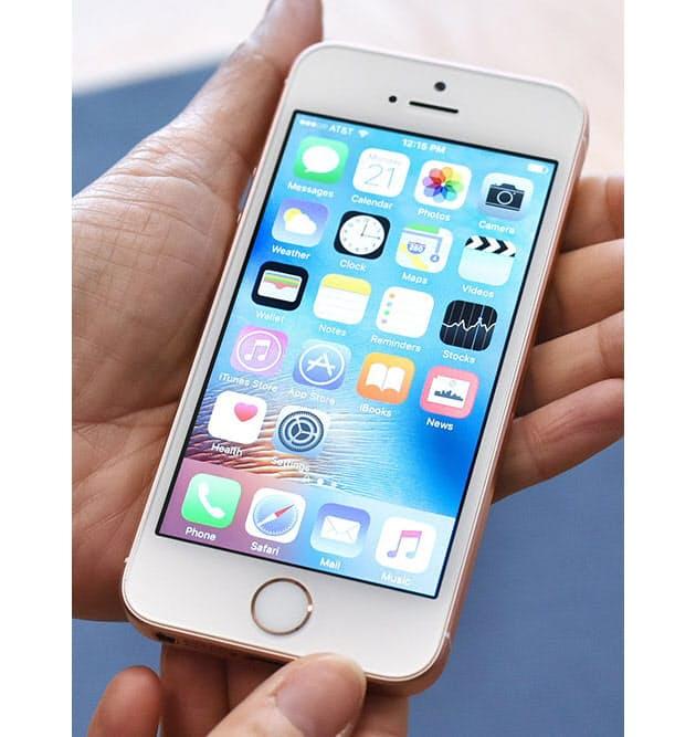 7e9ba8aee5 見た目や手にした印象はiPhone 5sとまったく変わらないが、手にすっぽりと収まるサイズ感は絶妙だと改めて感じさせる. 背面のデザインもiPhone  ...