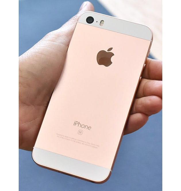 45bf34e278 背面のデザインもiPhone 5sと変わらない。iPhone  6で否定的な意見が多かったアンテナ部を分割するラインやカメラの出っ張りがなく、とてもスマートだ