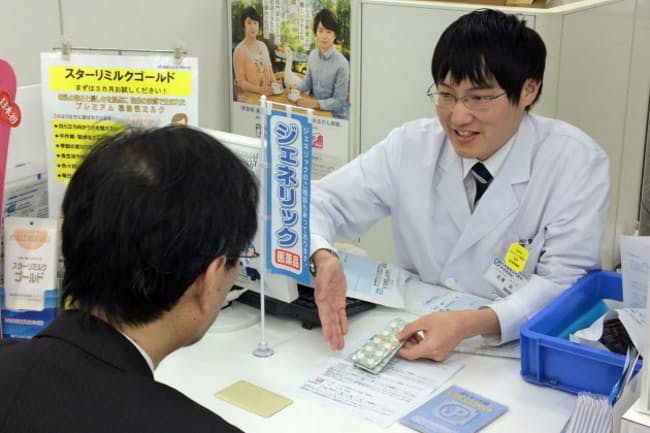 患者の薬をまとめて管理する「かかりつけ薬剤師」に指名されれば薬局の報酬が増える(東京都目黒区)